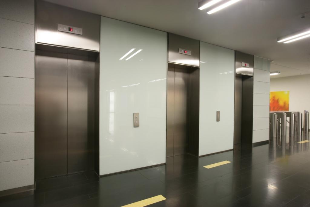 В какую фирму обратится по дверям грузового лифта